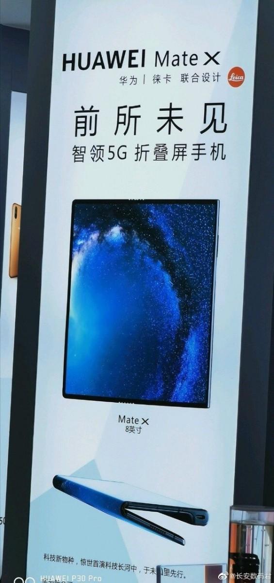 Plakát Huawei Mate X v Čínském obchodě